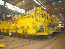 Pouring crane for a steel mill
